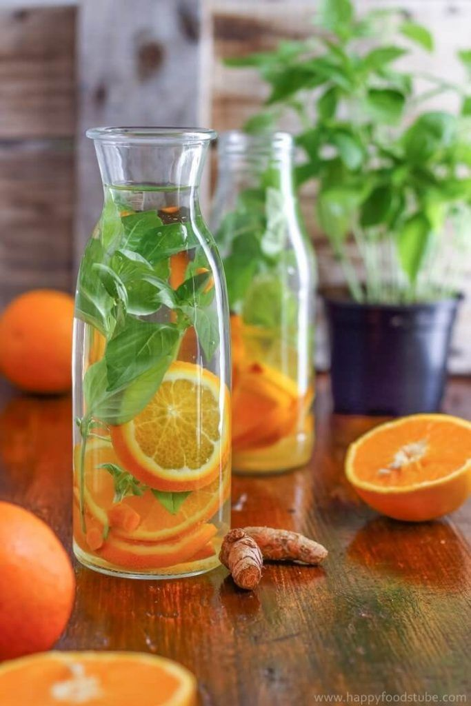 Agua con trozos de naranja