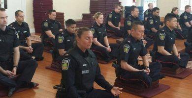 ¡Estos oficiales de policía meditan antes de comenzar su día! ¿Y si todos los policías hicieran esto? 35